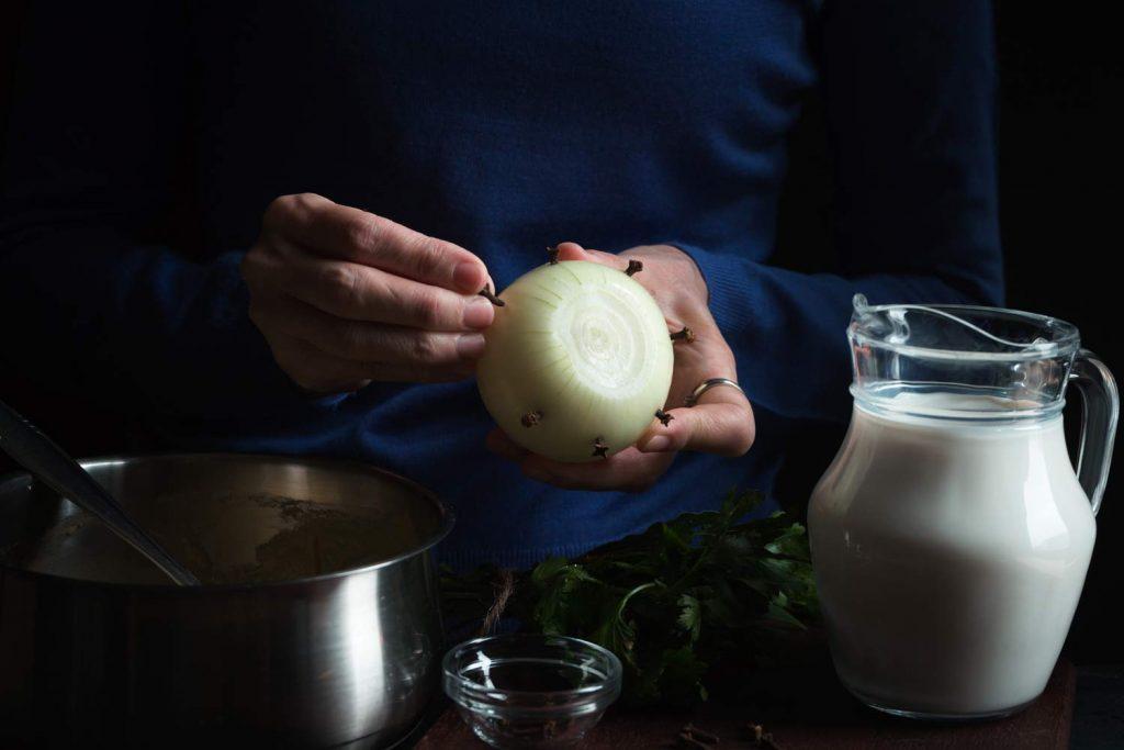 Отвара от мляко и лук против кашлица и хрема